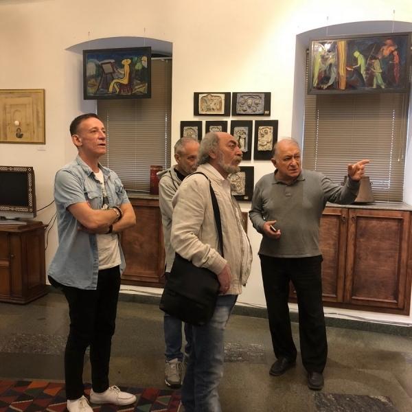 Экскурсию по музею Сергея Параджанова для гостей фестиваля проводит директор музея Э. Саркисян